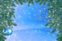 Winterlandschaft mit Schnee Weihnachtshintergrund mit Tannenzweig und Weihnachtsball Frohe Weihnachten und guten Rutsch ins Neue  stockbild
