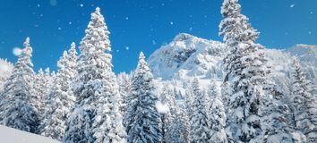 Winterlandschaft mit schneebedecktem Wald und hohem moutain stockfoto