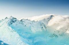 Winterlandschaft mit schneebedeckten Bergen Stockfotografie
