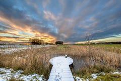 Winterlandschaft mit schneebedeckter Aussichtsplattform Stockfotografie