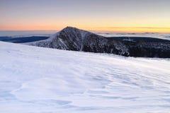 Winterlandschaft mit Snezka stockfoto