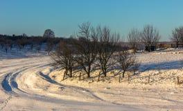 Winterlandschaft mit Straße und Schnee Lizenzfreies Stockfoto