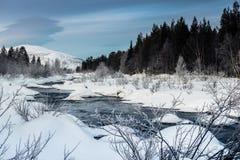 Winterlandschaft mit ungefrorenem Fluss auf russisch Lappland, Kola Peninsula lizenzfreie stockfotos