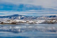 Winterlandschaft mit Wolford-Gebirgsreservoir stockbild