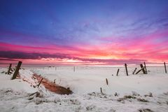 Winterlandschaft, Schneefeld mit Kanal an der Dämmerung vor Sonnenuntergang in Island Lizenzfreie Stockfotografie
