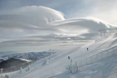Winterlandschaft und -wolken Stockfotos