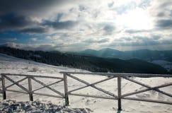 Winterlandschaft von Bergen in den Strahlen der untergehenden Sonne lizenzfreies stockbild
