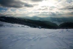 Winterlandschaft von Bergen in den Strahlen der untergehenden Sonne stockfoto
