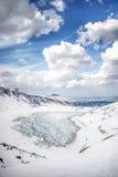 Winterlandschaft von gefrorenem mountaind Teich, Czarny-staw gÄ… sienicowy, Tatry-Berge Schöner sonniger Tag vertikal Stockbild