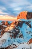 Winterlandschaft von hohen schneebedeckten Bergen Stockbilder