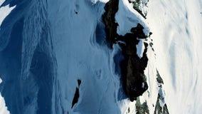 Winterlandschaftsschneegebirgsvogelperspektivefliege vorbei stock video footage