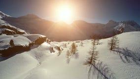 Winterlandschaftsschneegebirgsvogelperspektivefliege vorbei stock footage