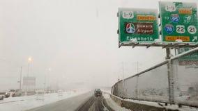 Winterlandstraße zu Newark-Flughafen stockfotos
