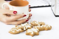 Winterlebkuchen und Teeschale Stockbild
