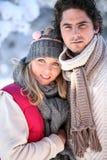 Winterliche junge Paare stockfotografie