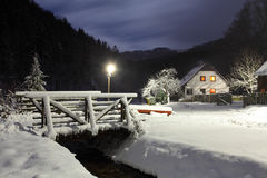 Winterliche Landschaft mit Chalet. Lizenzfreies Stockfoto