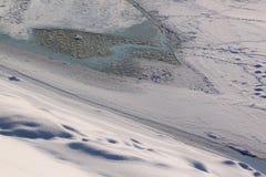 Winterliche Landschaft mit gefrorenem Fluss Lizenzfreie Stockfotografie