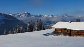 Winterliche Landschaft und alte Bauholzhütte nahe Gstaad Lizenzfreie Stockfotos