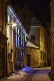 Winterliche Nachtstraßenansicht, Brasov, Rumänien Stockfoto