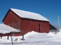 Winterlicher roter Stall Lizenzfreie Stockfotografie