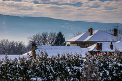 Winterliches Dorf stockfotografie