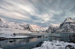 Winterlight in Lofoten-eiland Daglicht van Flakstad-eiland wordt geschoten dat royalty-vrije stock fotografie