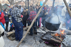 Winterlude-Menge, die für eine Woodburning Demonstration zusammentritt Lizenzfreie Stockfotografie