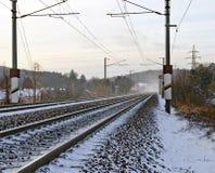 Winterly snöig järnväg linje fotografering för bildbyråer
