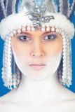 Wintermädchen über Blau Stockfoto