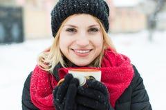 Wintermädchen, das heißen Tee trinkt stockfotografie