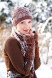 Wintermädchen, das sich draußen aalt Stockbild