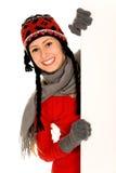 Wintermädchen, das unbelegtes Zeichen anhält stockbild