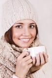 Wintermädchen, das warmes Getränk trinkt. Lizenzfreies Stockfoto