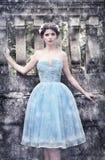 Wintermädchen im blauen silk Kleid Stockfoto