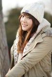 Wintermädchen im Park lizenzfreie stockfotografie