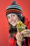 Wintermädchen mit Geschenk lizenzfreie stockfotografie