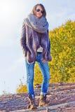Wintermädchen mit Gläsern Stockfotografie