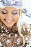 Wintermädchen mit Schneeflocken Stockfotografie