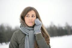 Wintermädchen am Telefon Stockbilder