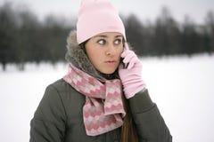 Wintermädchen am Telefon Stockbild