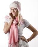 Wintermädchenportrait mit rosafarbenem Schal und Hut Lizenzfreie Stockfotografie