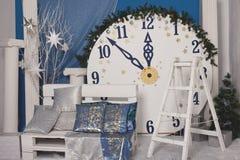 Wintermärchen in einem weißen Innenraum stockfoto