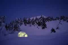 Wintermärchenlandszene mit Igluschnee stockbilder