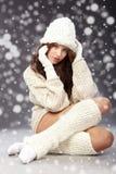 Wintermädchen mit vielen Schneeflocken Stockfotografie