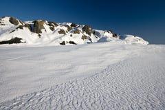 Wintermeerblick mit blauem Himmel lizenzfreie stockfotos