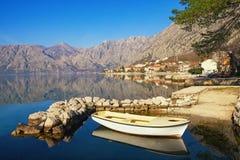 Wintermittelmeerlandschaft Montenegro, Ansicht der Bucht von Stadt Kotor und Dobrota Stockfotografie