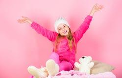 Wintermode-accessoire Kindermädchenstrickmütze Winterzusatzkonzept Haartraum-Rosahintergrund des Mädchens langer zicklein stockfotografie