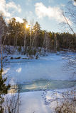 Wintermorgen auf dem sibirischen Fluss Lizenzfreie Stockfotografie