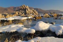 Wintermorgen auf Küste von Ozean. Stockfotografie