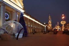 Wintermorgen beim Gostiny Dvor auf Nevsky Prospekt Stockfotos
